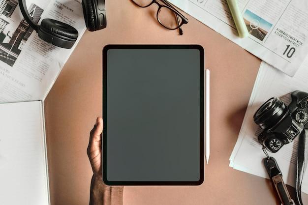 Uomo di colore che utilizza un mockup di tablet digitale