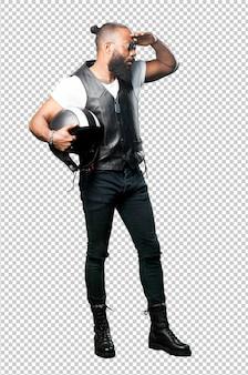 Motociclista nero tutto il corpo in possesso di un casco
