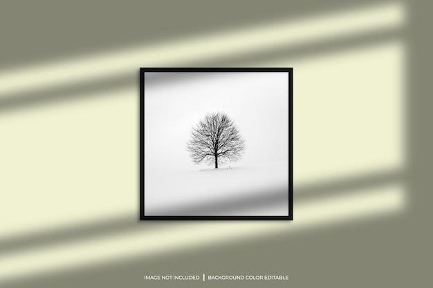 Mockup di cornice per foto quadrata nera con sovrapposizione di ombre e sfondo di colore pastello