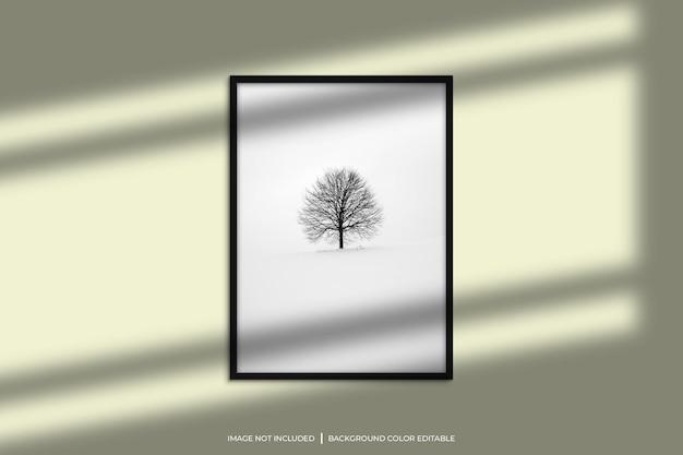 Mockup di cornice per foto verticale nera con sovrapposizione di ombre e sfondo di colore pastello