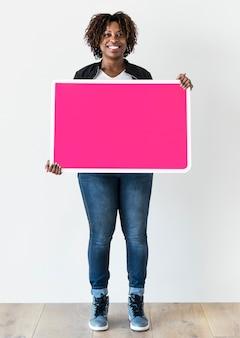 Donna di colore che tiene scheda in bianco