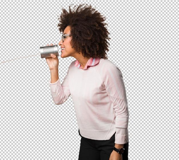 Donna di colore che tiene un barattolo di latta