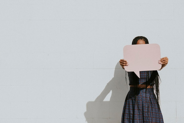 Donna di colore che mostra un fumetto vuoto