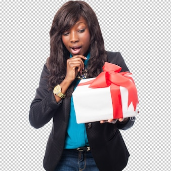 Donna di colore che pensa ad un regalo
