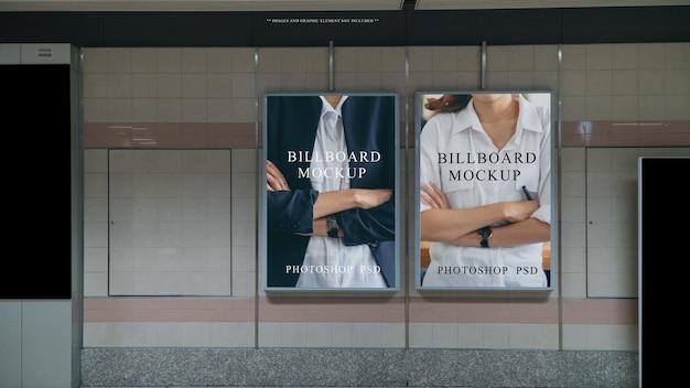 Esposizione di banner pubblicitari vuoti sul muro della stazione della metropolitana