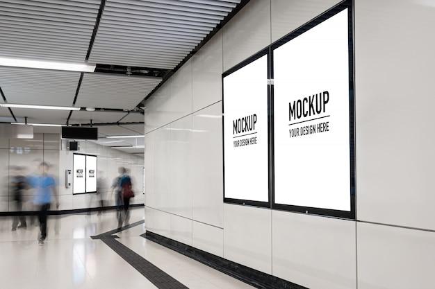 Tabellone per le affissioni in bianco situato nella hall sotterranea o metropolitana per la pubblicità, concetto di mockup, otturatore a bassa luminosità