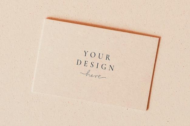 Biglietto da visita in bianco su modello di sfondo beige