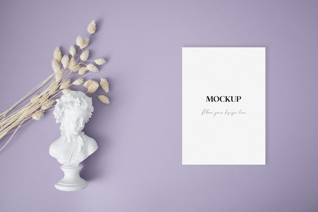 Biglietto di auguri vuoto con erba secca e statua sullo sfondo viola