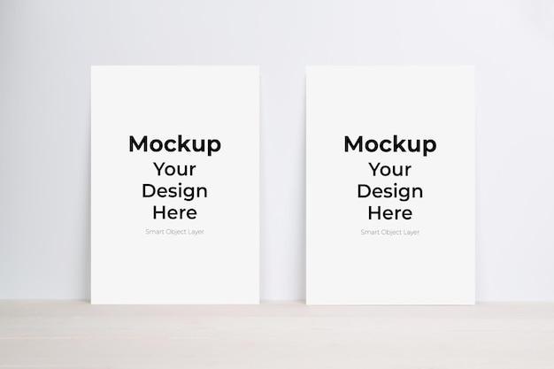 Mockup di foglio di carta bianco sul tavolo di legno