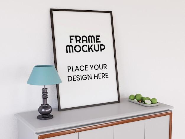 Mockup di cornice per foto in bianco sulla scrivania