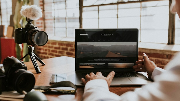 Blogger che si filma mentre usa un mockup di laptop