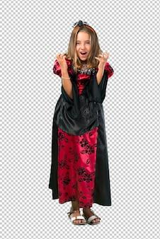 La bambina bionda vestita da vampiro per le vacanze di halloween si infastidisce arrabbiata in un gesto furioso