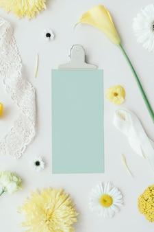 Cartellino blu con fiori bianchi e gialli