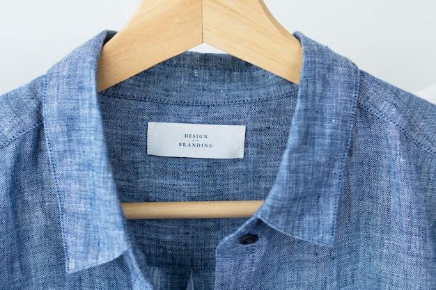 Camicia blu con design e marchio