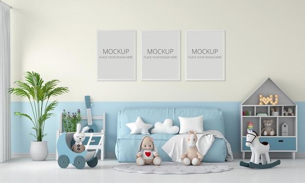 Divano blu e bambola nella stanza del bambino con cornice