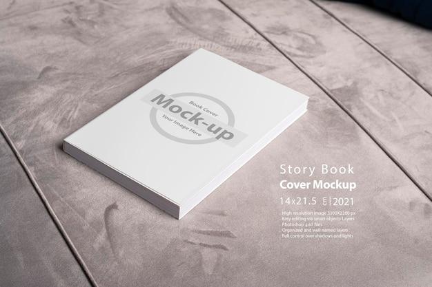 Prenota con copertina vuota su sfondo di divano in velluto grigio Psd Premium