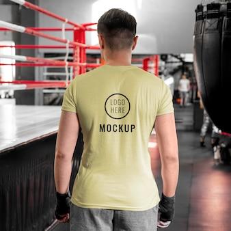 Atleta di boxe che indossa una maglietta mock-up
