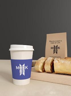 Mockup di confezione di pane con tazza di caffè