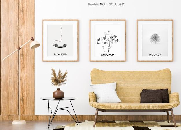 Divano marrone con mockup di telaio verticale nel caldo soggiorno scandinavo