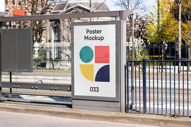 Mockup di tabellone per le affissioni della fermata dell'autobus