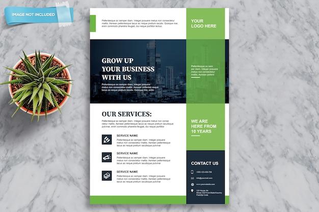 Modello di brochure aziendale accanto alla pianta