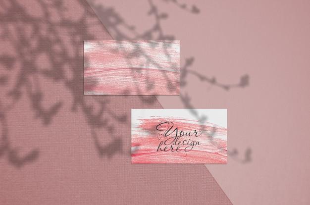 Biglietto da visita 3,5 x 2 pollici mockup su sfondo corallo