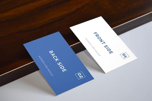 Biglietto da visita che pone sul modello di legno
