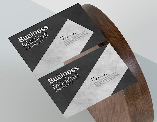 Mock-up di biglietti da visita e forma in legno