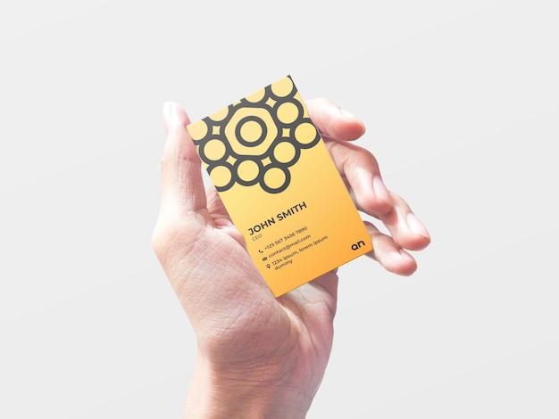 Biglietto da visita mockup che tiene in mano