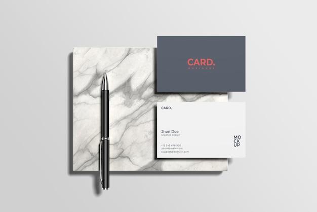 Mockup di biglietto da visita su marmo con penna