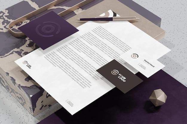Biglietto da visita con mockup di cancelleria di branding documento carta intestata