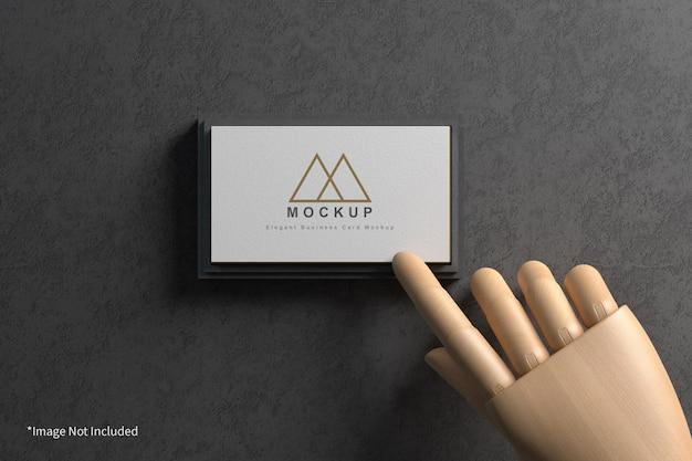 Biglietto da visita con mano in legno mockup
