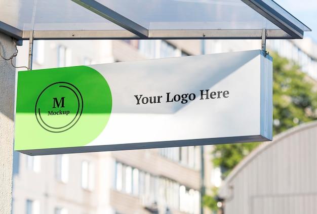 Mock-up del segno della società commerciale all'aperto