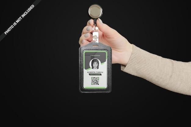 Donna d'affari che tiene una custodia in pelle per mockup di carta d'identità