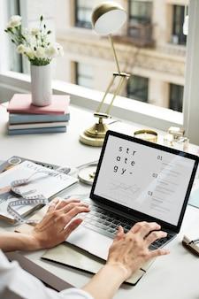 Donna d'affari che lavora al computer portatile