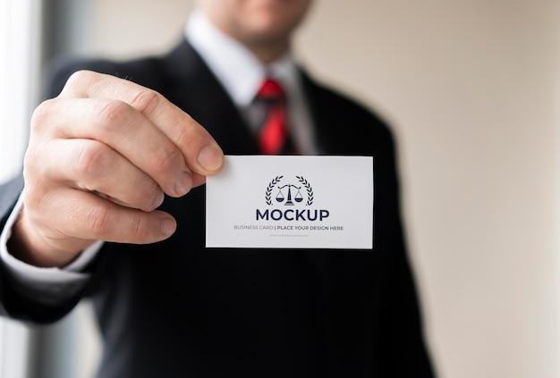 Imprenditore tenendo il biglietto da visita mock-up con una mano