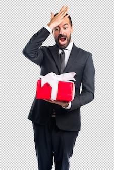 Uomo d'affari che tiene un regalo