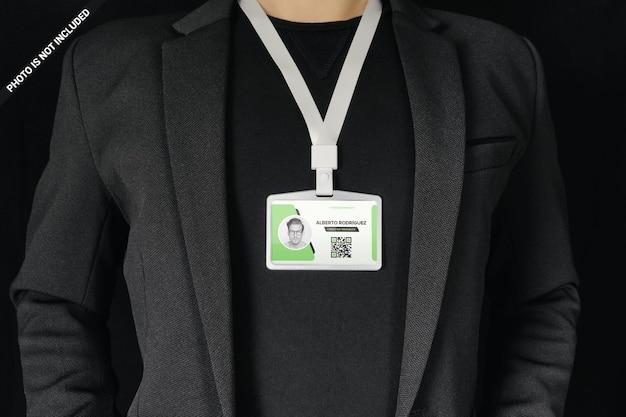 Uomo d'affari che indossa la carta d'identità intorno al collo mockup design isolato