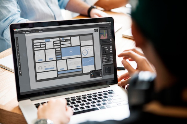 Imprenditrice che utilizza un modello di laptop