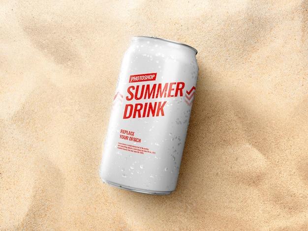 Può sulla spiaggia estiva di sabbia mockup