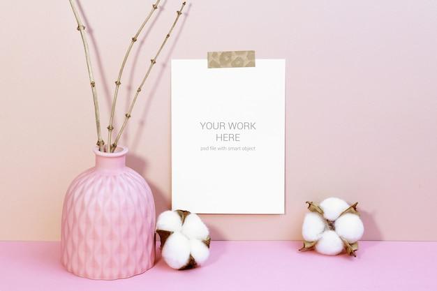 Mockup di carte sul muro con fiori di cotone