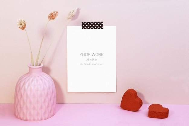 Mockup di carte sul muro con vasa