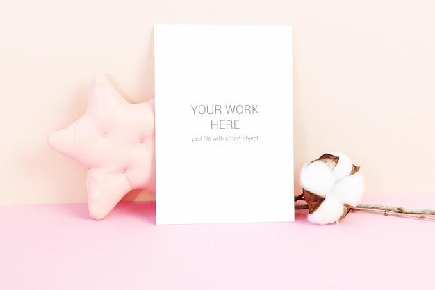 Mockup di carte con stella e fiori di cotone Psd Premium