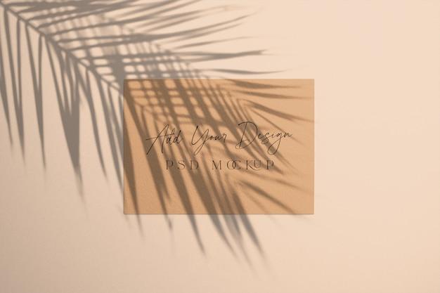 Scheda con sovrapposizione shadow palm tree