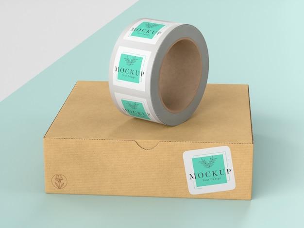 Scatola di cartone con rotolo di adesivi