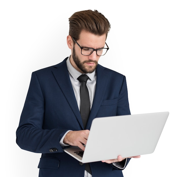 Computer portatile funzionante caucasico dell'uomo di affari