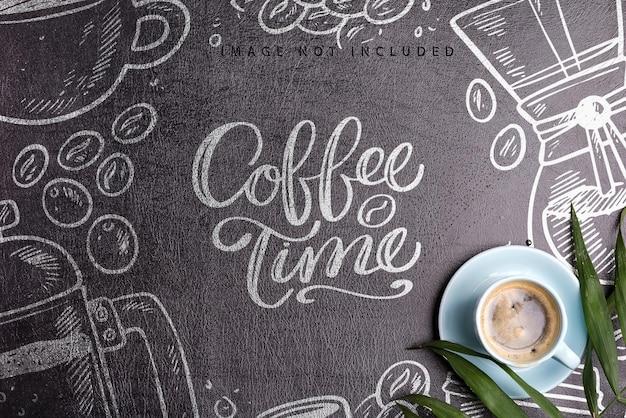 Tazza in ceramica con bevanda aromatica al caffè mattutina appena prodotta su uno sfondo di eco pelle artificiale nera mockup, spazio di copia lay piatto.