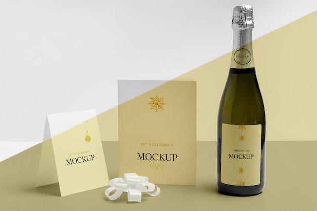 Mock-up di bottiglia di champagne e documenti vari