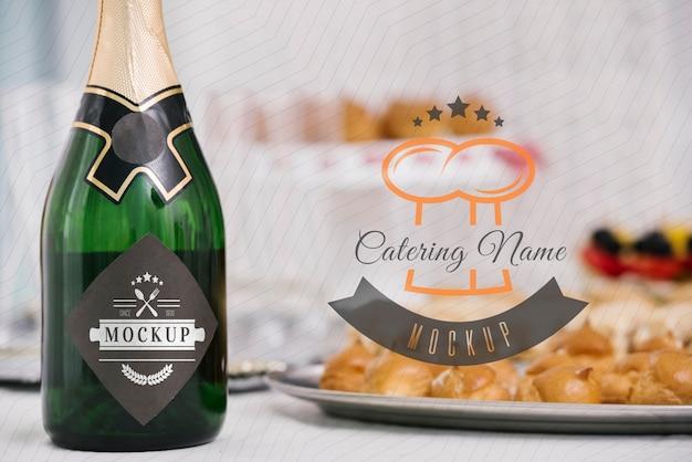 Mock-up di champagne accanto al cibo