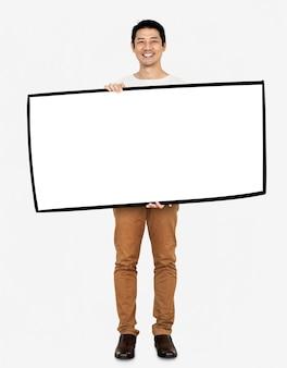 Uomo allegro che mostra una bandiera bianca in bianco